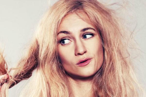 Θες να μάθεις αν έχεις κατεστραμμένα μαλλιά; Πιάσε ένα ποτήρι και θα ξέρει σε μόλις 10 δευτερόλεπτα!