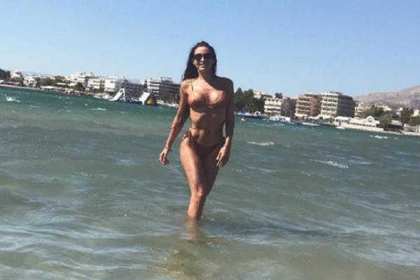 Ελένη Φουρέιρα: Ξαπλωμένη στην αμμουδιά «κολάζει» το Instagram με τις πόζες της (Photos)