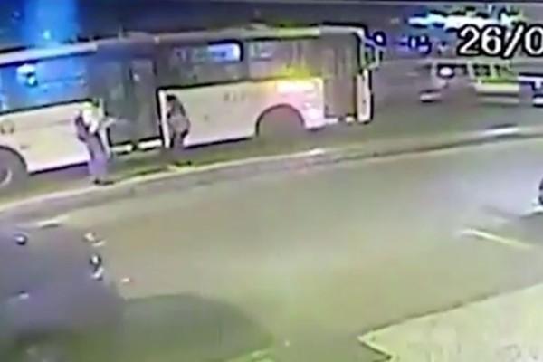 Βίντεο - σοκ: Άνδρας ρίχνει την έγκυο σύντροφό του στις ρόδες λεωφορείου!