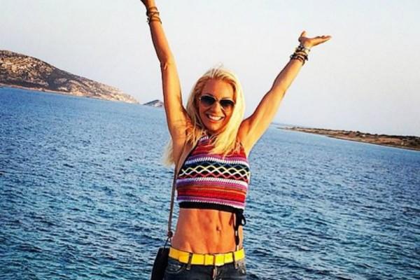 H Έλενα Τσαβαλιά ποζάρει στα 52 της με «καυτό» μπικίνι και μας αφήνει άφωνους! Πως είναι το κορμί της χωρίς ίχνος ρετούς (Photo)