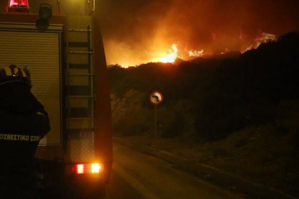 Ανεξέλεγκτη η φωτιά στο Γεράκι Ηλείας: Τραυματίστηκε πυροσβέστης στην μάχη με τις φλόγες! (video)