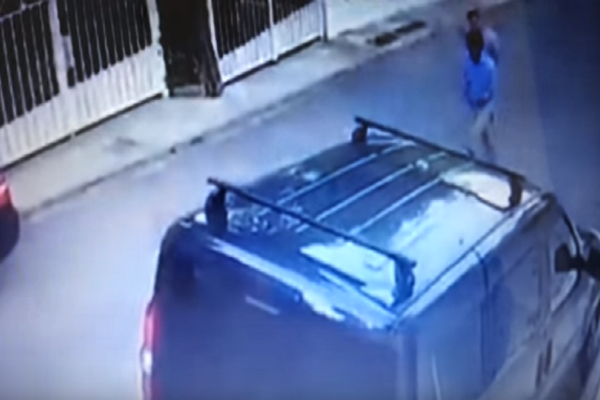 Απίστευτο περιστατικό στη Βουλιαγμένη: Άντρας βγήκε στο δρόμο με ρόπαλο του μπέιζμπολ και έσπαγε αυτοκίνητα! (Video)