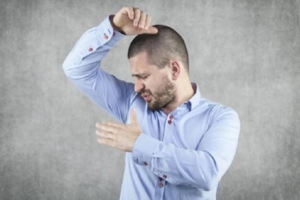 Μυρίζουν οι μασχάλες σας: 4 κόλπα που θα διώξουν μια και καλή την δυσοσμία!