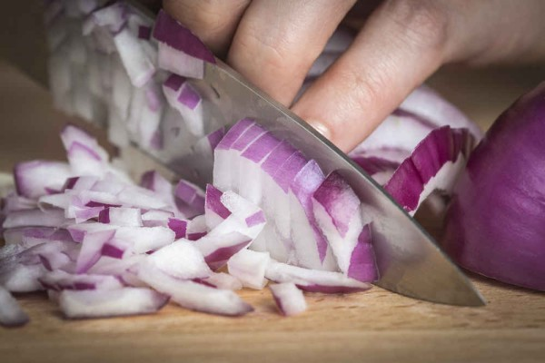 Μυρωδιά από κρεμμύδια: Πώς θα την ξεφορτωθείς μια και καλή!