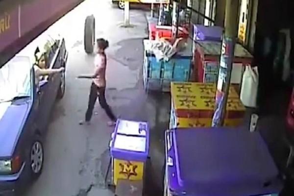 Απίστευτο video: Γυναίκα γλιτώνει στο παραπέντε από αδέσποτο...λάστιχο!