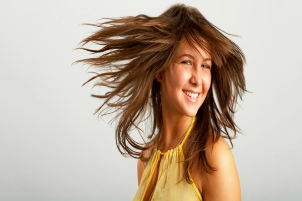 Έχετε λιπαρά μαλλιά; Ένα υλικό που όλοι έχουμε στην κουζίνα μας λύνει το πρόβλημά σας!