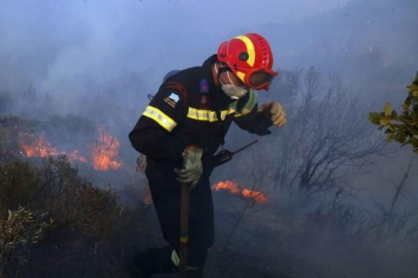 Αγωνία για πυροσβέστη που τραυματίστηκε στο κεφάλι από πτώση βράχου στη Ζαχάρω