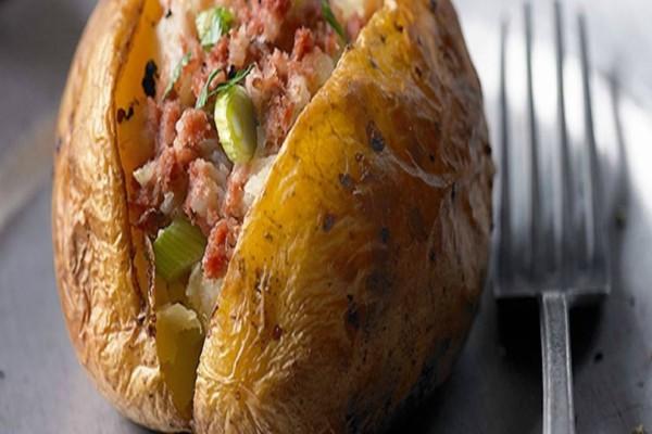 Πατάτες jacket: Φτιάξτε το απόλυτο καλοκαιρινό trend στο φαγητό ακολουθώντας τα βήματα του video!