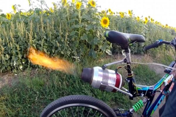 Είναι απίστευτοι αυτοί οι Ρώσοι: Εφευρέτης μετέτρεψε το ποδήλατό του σε...τζετ! (video)