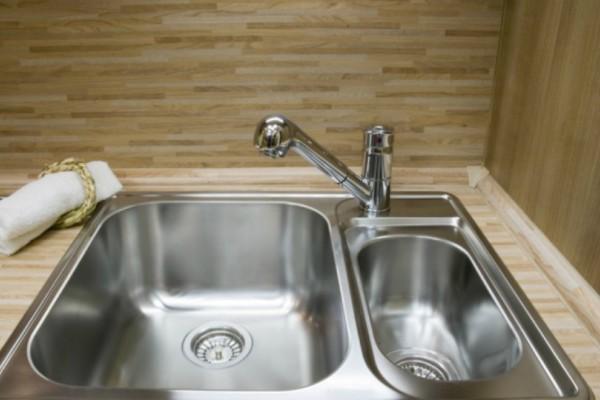 Σοκαριστική έρευνα: Κίνδυνος θανάσιμης μόλυνσης από τον ανοξείδωτο μεταλλικό νεροχύτη στην κουζίνα!