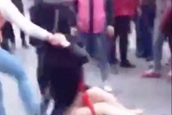 Σοκαριστικό video: Σύζυγος γδύνει και ξυλοκοπά την ερωμένη του άντρα της στην μέση πολυσύχναστου δρόμου - Οι περαστικοί απλώς κοιτούν...