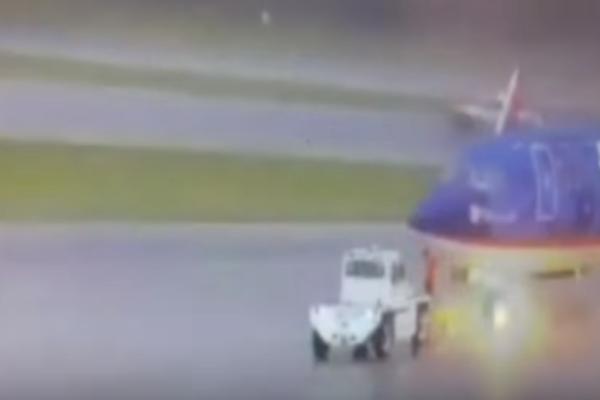 Σοκαριστικό βίντεο! Κεραυνός χτυπά εργαζόμενο αεροδρομίου