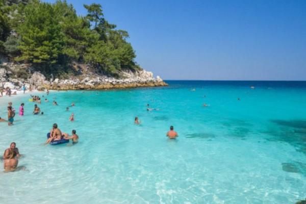 Σαλιάρα: Η παραλία με τα λευκά βότσαλα και τα κρυστάλλινα νερά είναι ο ίδιος ο παράδεισος!