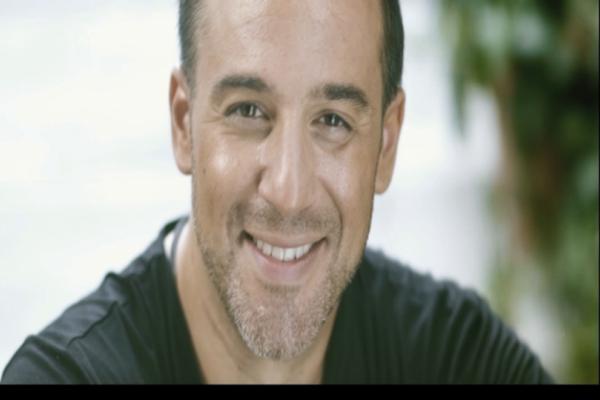 Απίστευτο! Δεν πάει το μυαλό σας ποιος πασίγνωστος Έλληνας πρωταγωνιστεί στο νέο video clip του Θάνου Τζανή! (Photos)