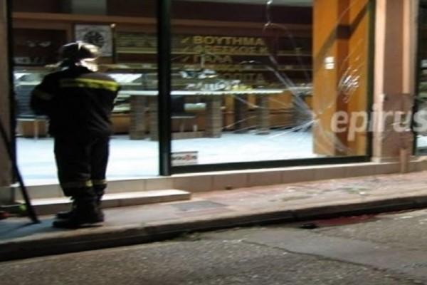 Απίστευτο περιστατικό στα Ιωάννινα: Μηχανή εισέβαλε σε φούρνο τραυματίζοντας 2 ανθρώπους (Photo)