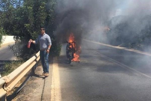 Παρ' ολίγον τραγωδία στην Κρήτη: Μοτοσικλέτα πήρε φωτιά εν κινήσει (Photo)