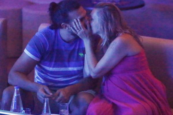 Πασίγνωστο ζευγάρι πιο διαχυτικό από ποτέ: Τα καυτά φιλιά που αντάλλασσαν στα μπουζούκια! (photos)