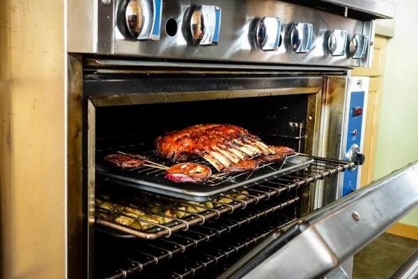 Ένα έξυπνο και εύκολο κόλπο για να κάνετε την σχάρα του φούρνου σας να λάμπει!
