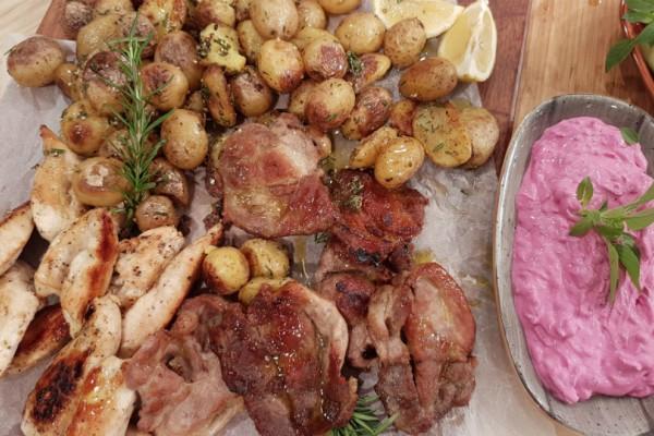 Χοιρινά μπριζολάκια, πατατούλες με δενδρολίβανο και τζατζίκι με παντζάρι!