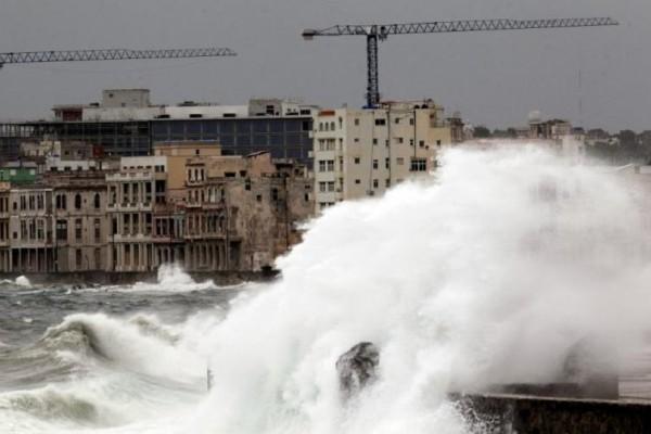 Υποβαθμίστηκε αλλά παραμένει επικίνδυνος ο κυκλώνας Ίρμα! - Η Φλόριντα μετράει ήδη 3 νεκρούς