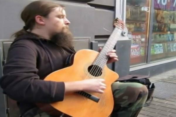 Δεν πίστευαν στα μάτια τους οι περαστικοί ότι αυτός ο άντρας είναι ένας μουσικός του δρόμου (video)