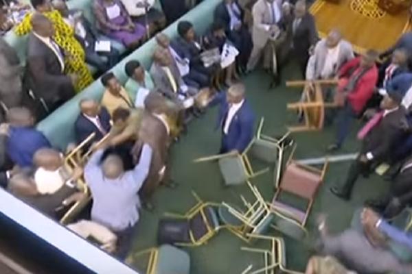 Απίστευτο ξύλο σε κοινοβούλιο με κλωτσιές και μπουνιές! - Έγινε της... Ουγκάντας! (Video)