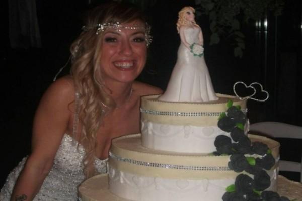 Κεραυνοβόλος έρωτας: Ιταλίδα παντρεύτηκε τον... εαυτό της! (photos)