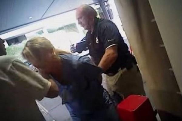 Τι άλλο θα δούμε: Αστυνομικός συλλαμβάνει με επιθετικό τρόπο νοσοκόμα που κάνει την… δουλειά της! (Video)