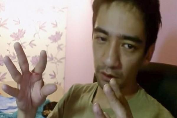 Βίντεο - σοκ: Αυτοκτόνησε σε live μετάδοση αφήνοντας το φίδι του να τον δαγκώσει!