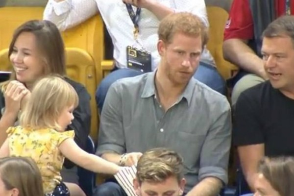 Έκλεψε την παράσταση: Η μικρούλα που τόλμησε να πάρει τα ποπ κορν του πρίγκιπα Χάρι (video)