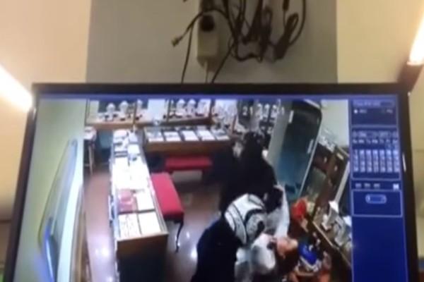 Βίντεο σοκ από την Ρόδο: Ληστές χτυπούν άγρια ιδιοκτήτρια μπροστά στην 7χρονη κόρη της!