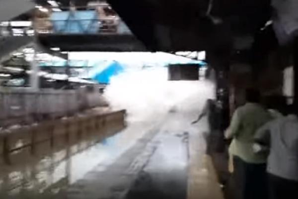 Συγκλονιστικό βίντεο: Τρένο «έπνιξε» τους επιβάτες σε πλημμυρισμένο σταθμό!