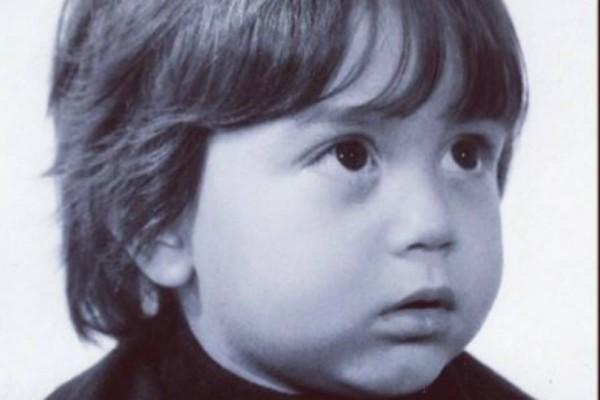 Αναγνωρίζετε το παιδάκι της φωτογραφίας; Σήμερα είναι μεγάλος Έλληνας τραγουδιστής!