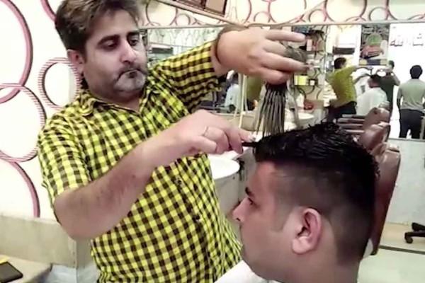 Έχει πάει την κομμωτική σε άλλο επίπεδο: Δεν θα πιστεύετε πώς κουρεύει αυτός ο άνδρας στο Πακιστάν! (video)