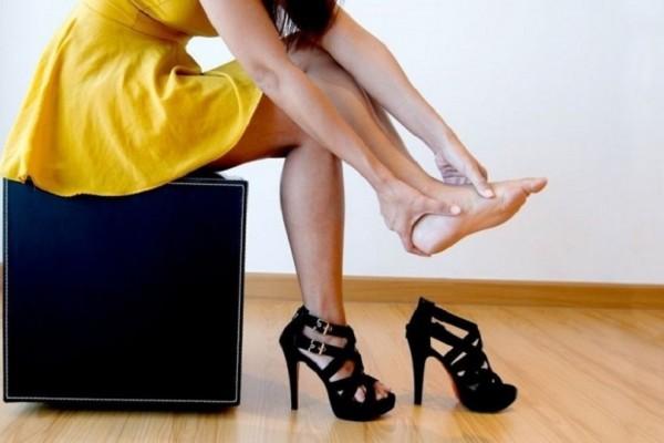 Ένα εύκολο και έξυπνο κόλπο για να μην σε χτυπάνε τα παπούτσια! - Θα σου λύσει τα χέρια!