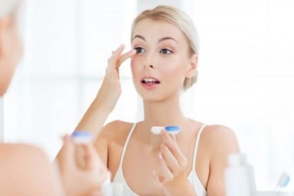 Αυτά είναι τα λάθη που γίνονται στη χρήση φακών επαφής - Εύκολα tips για να αποφύγεις τις μολύνσεις