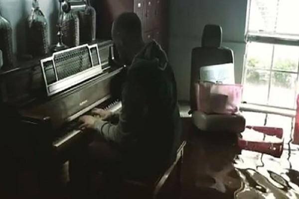 Ένα βίντεο που συγκλονίζει από τον τυφώνα Χάρβεϊ: Παίζει πιάνο στο πλημμυρισμένο σπίτι του!