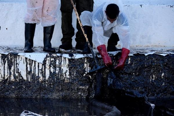 Επιβεβαιώθηκαν οι φόβοι για την πετρελαιοκηλίδα στην Πειραϊκή - «Μαύρισαν» οι ακτές της Σαλαμίνας (Photo & Video)