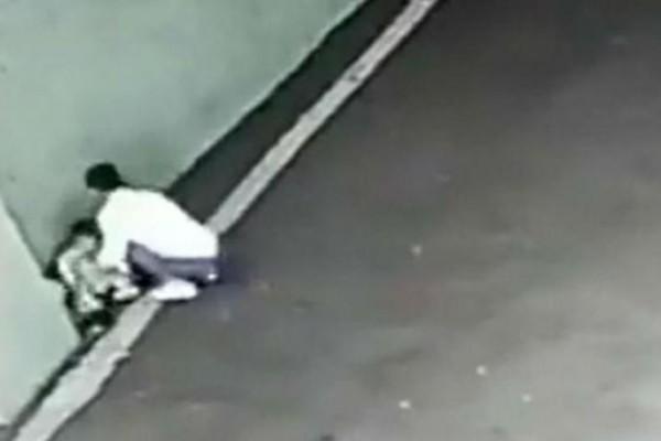 Τραγικό: Μητέρα παρατάει το παιδί της σε πάρκινγκ και φεύγει τρέχοντας! Ωστόσο υπολόγιζε χωρίς... (video)
