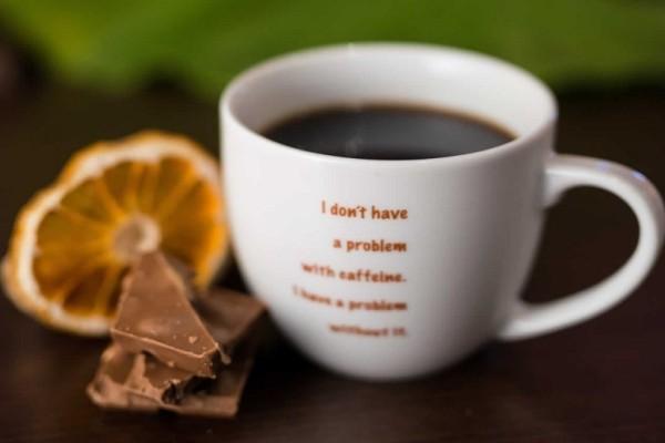 6 σημάδια που σε προειδοποιούν ότι καταναλώνεις περισσότερη καφεΐνη από όσο πρέπει!