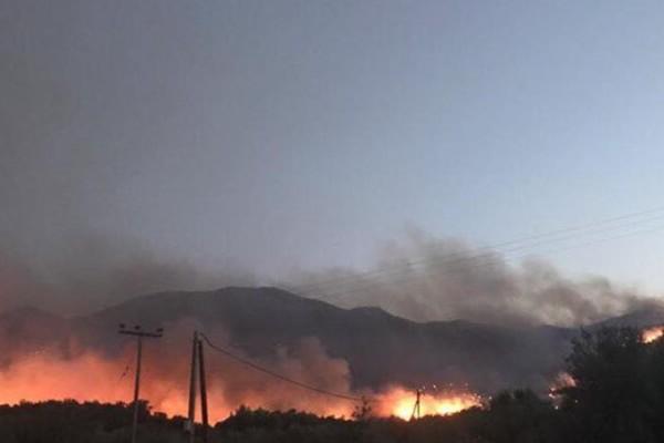 Αχαΐα: Εκτός ελέγχου η φωτιά στο Σαντομέρι - Απειλούνται σπίτια στην περιοχή!
