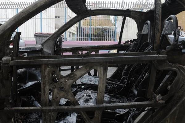 Πανικός στο κέντρο της Αθήνας: Αυτοκίνητο τυλίχθηκε στις φλόγες στους στύλους του Ολυμπίου Διός (photos)