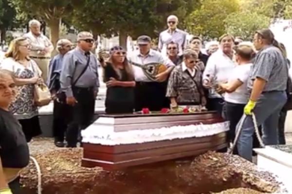Σπάραξαν καρδιές στην κηδεία της Μπέμπα Μπλανς! Το βίντεο που συγκίνησε τους πάντες
