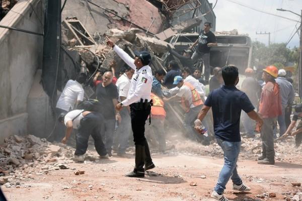 Βίντεο σοκ από τον σεισμό στο Μεξικό: Κτίρια καταρρέουν σαν τραπουλόχαρτα, ενώ ο κόσμος τρέχει τρομοκρατημένος!