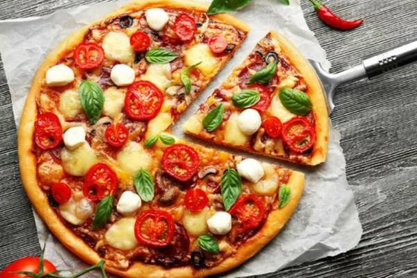 Εύκολη και γρήγορη ζύμη για πίτσα με μόνο δυο υλικά!