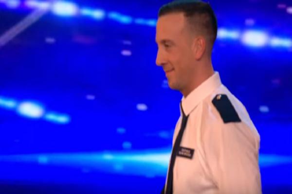 Απίθανος αστυνομικός ξεσηκώνει τους πάντες με τον χορό του! - Ένα βίντεο που έκανε τον γύρο του διαδικτύου!