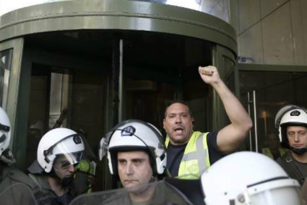 Εισβολή μεταλλωρύχων στο υπουργείο Περιβάλλοντος - Έσπασαν την πόρτα και μπήκαν!