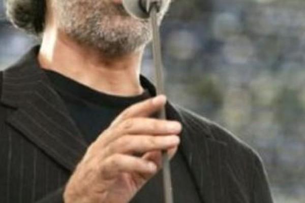 Άτύχημα - σοκ για πασίγνωστο τραγουδιστή: Εσπευσμένα στο νοσοκομείο σε σοβαρό χτύπημα στο κεφάλι