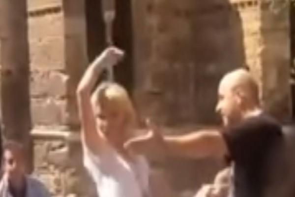 Πλάκα κάνεις; Η Ελένη Μενεγάκη στην Ερμού χορεύει τσιφτετέλι στην μέση του δρόμου! Βίντεο ντοκουμέντο
