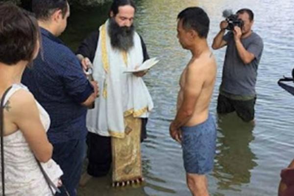 Και όμως! Κινέζος ταξίδεψε μέχρι την Ελλάδα για να βαφτιστεί Χριστιανός Ορθόδοξος!